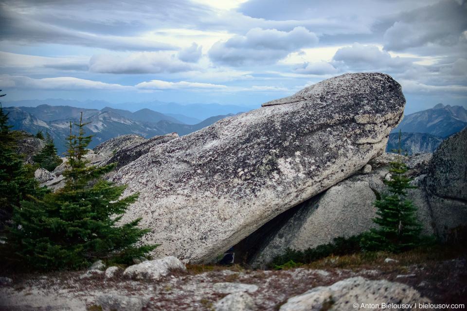 Укрытие под камнем на вершине горы