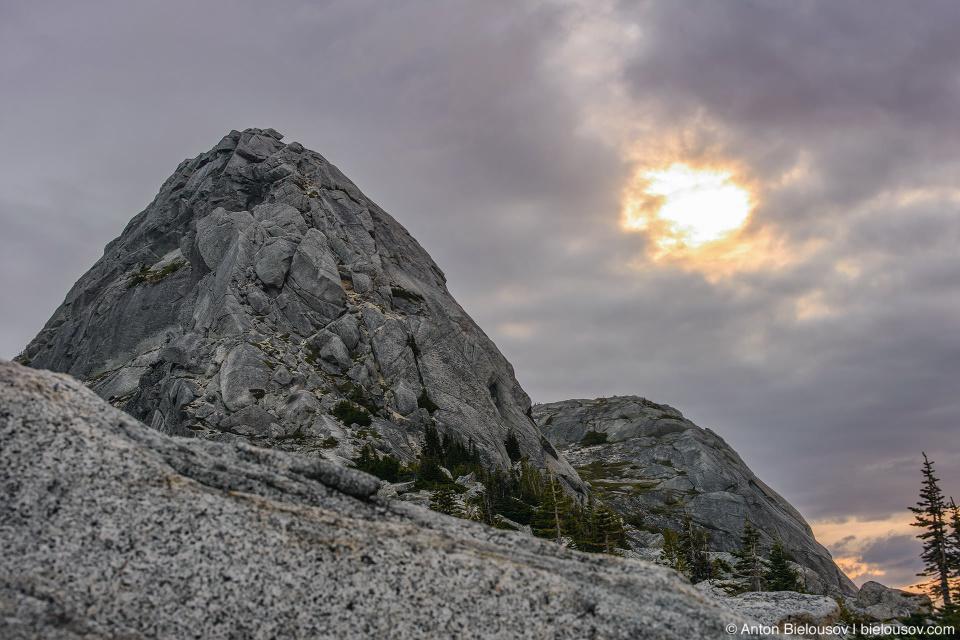 Утро на вершине горы: солнце в облаках