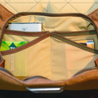 В дополнительном отделении спереди сумки — в эластичных карманов для мелочевки вроде батареек, карт памяти, фильтров…