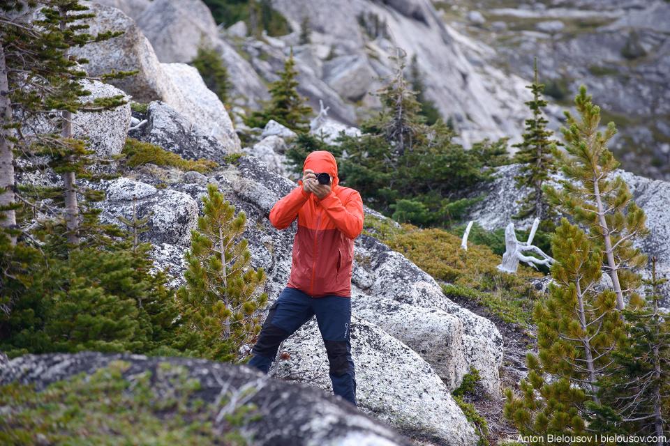 Фотограф утром на с вершине горы