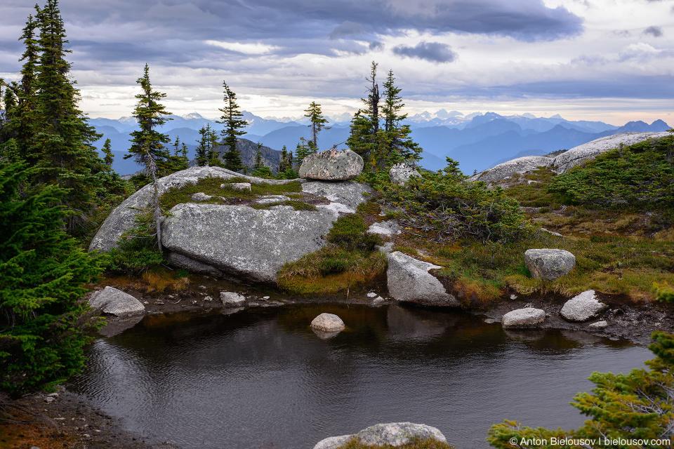Небольшое озеро на вершине горы (Канада)