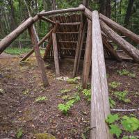 Дальше в лесу обнаружилась частично воссозданная кекули (kekuli или quiggly) — жилище индейцев 4,800 —1,100 до р.Х. Кекули попадались и в парке Wells Gray, который, можно сказать, находится в этой же местности — всего час езды на север, но о едва заметных ямах в лесу я не стал упоминать за водопадами и розовым снегом — и без того насыщенный пост получился.