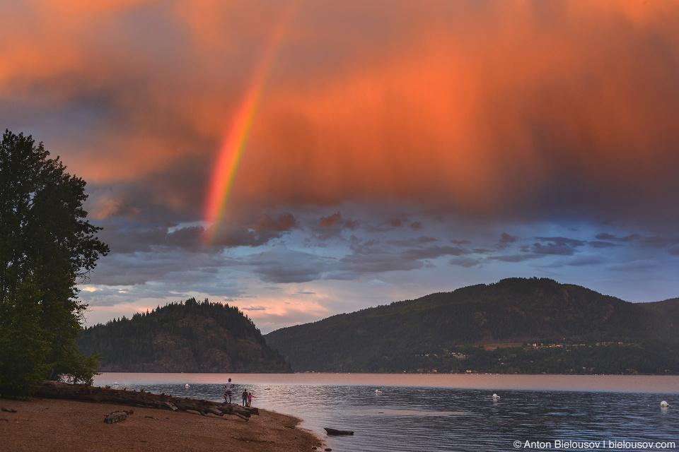 Радуга над островом Copper Island на озере Shuswap Lake, BC