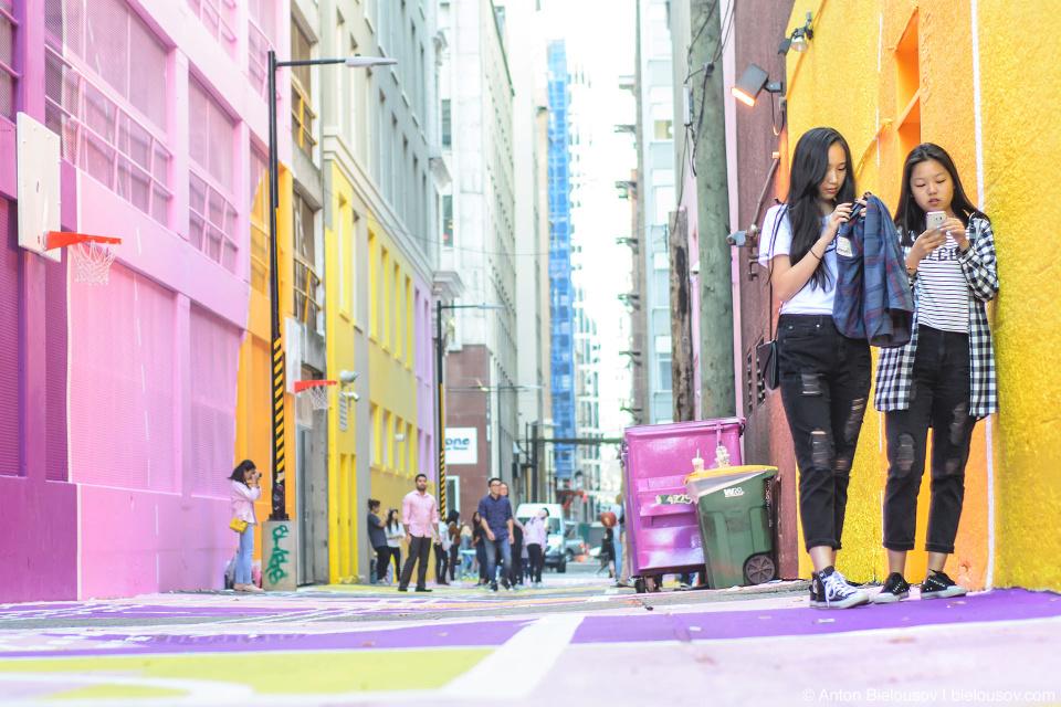 «Девочки с розовой улицы» — первой из многих подворотен в даунтауне Ванкувера, которые перестраивают в места для отдыха тех, кто здесь живет и работает.