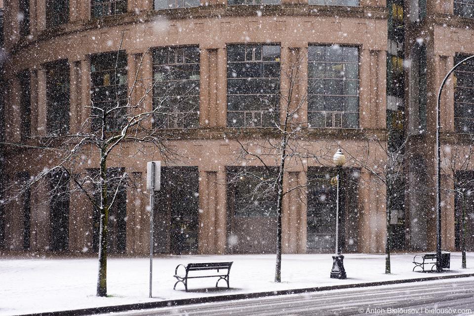 Снегопад в Ванкувере. Vancouver Library