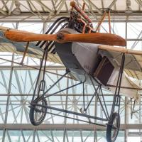 Почти столь же успешный как этот немецкий Тауб (Taube) 1913 года — что висит на входе рядом с да Винческими репродукциями — царивший в небе до Первой Мировой Войны.