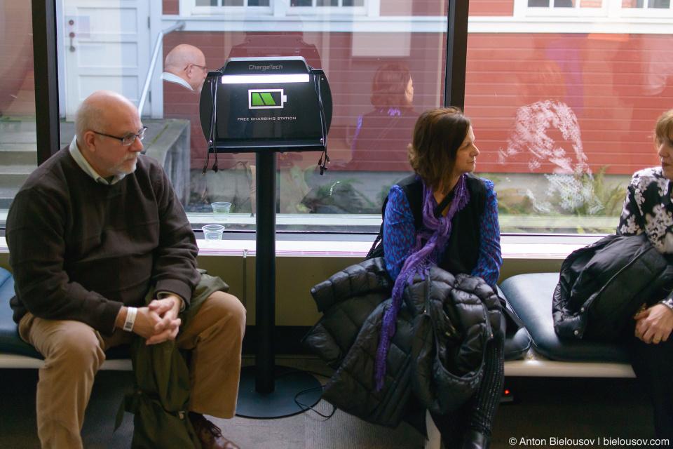 Seattle Museum of Flight: бесплатная станция для зарядки телефонов
