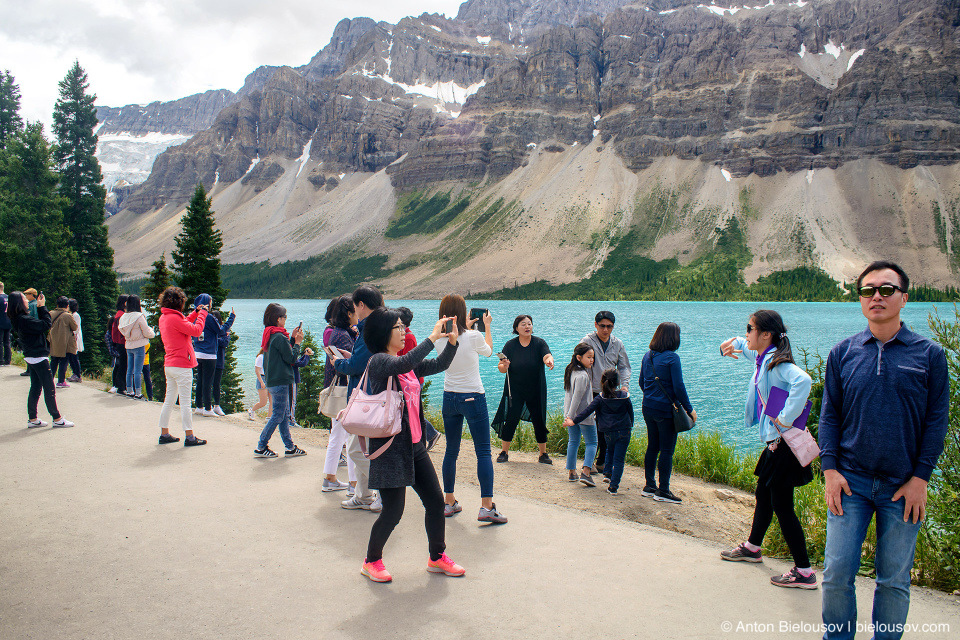 Tourists at Bow Lake (Banff National Park)