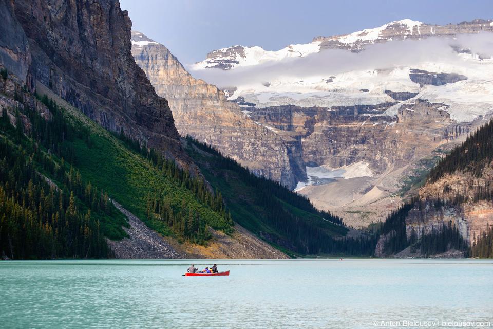 Одинокое каноэ на спокойной лазурной воде (Lake Louise, Banff National Park)