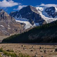 Все дело в том, что тогда, чуть более ста лет назад ледник доходил аж сюда, то самой тропы — и вся долина по правую ее сторону была тем самым ледяным полем.