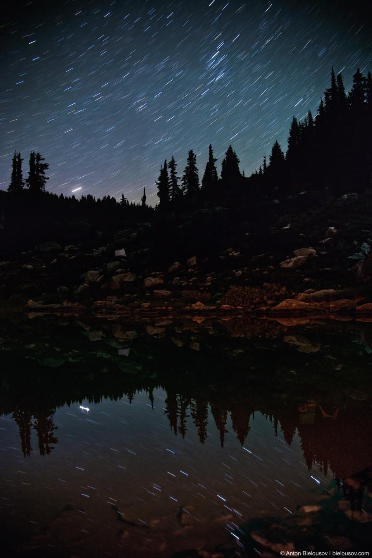 Звездное небо отражается в альпийском озере.