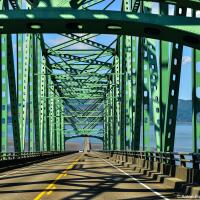 Орегонская часть моста приподнята для прохода судов, Вашингтонская же опирается на песчаную дельту. Поэтому ехать по нему не менее увлекательно чем смотреть со стороны.