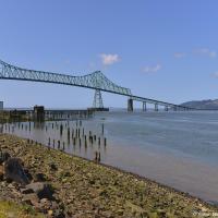 Граница между штатами Вашингтон и Орегон (ну как граница, просто дорожный знак «вы въехали в Орегон») проходит по реке Коламбия и здесь в Астории она как раз втекает в Тихий океан. Поэтому здесь через ее устье перекинут впечатляющий железный мост Астория – Меглер длиной 6,607 м.