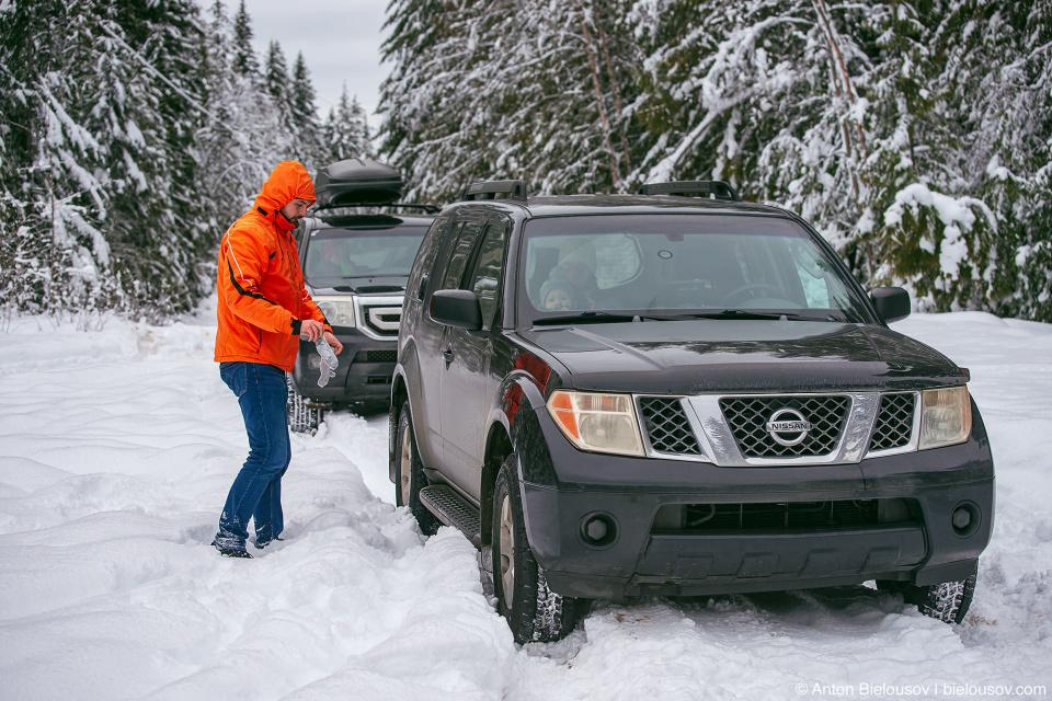 Nissan Pathfinder, Honda Pilot in snow